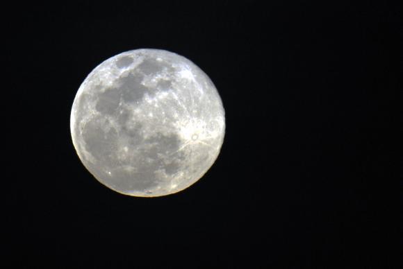 A lua não chegava tão perto assim da Terra desde 1948 e não voltará a fazê-lo até 2034 / Foto: Arquivo Agência Brasil
