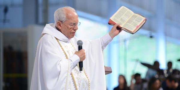 Padre Jonas tem uma profunda intimidade com a Palavra de Deus, conta Luzia / Foto: Arquivo Canção Nova