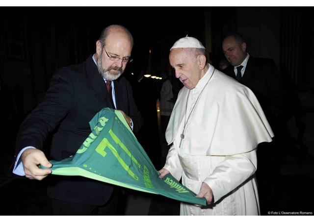 Silvonei José, da Rádio Vaticano, entrega ao Papa camisa da Chapecoense / Foto: L'Osservatore Romano / Rádio Vaticano