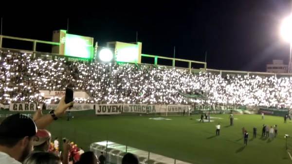 Homenagem às vítimas na Arena Condá, em Chapecó / Foto: Reprodução Facebook  Associação Chapecoense de Futebol