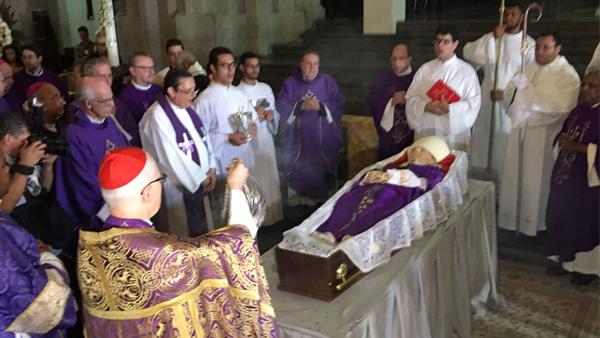 Dom Odilo incensa o corpo de Dom Arns antes do início da celebração