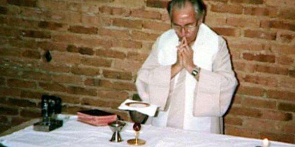 """Padre Jonas celebrando a Missa na """"capelinha improvisada"""" na fazenda de Areias, durante os encontros./ Foto: Arquivo Pessoal"""