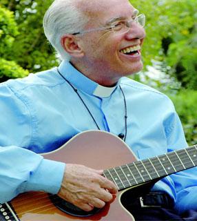 Monsenhor Jonas ao violão./ Foto: Canção Nova.