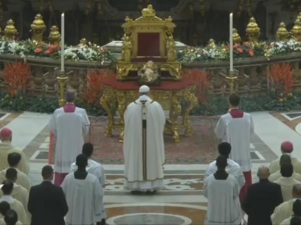 Papa diante da imagem do Menino Jesus na Basílica de São Pedro / Foto: Reprodução CTV