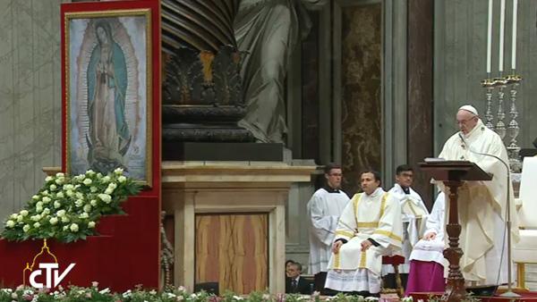 Papa faz sua homilia ao lado da imagem da Virgem de Guadalupe / Foto: Reprodução CTV