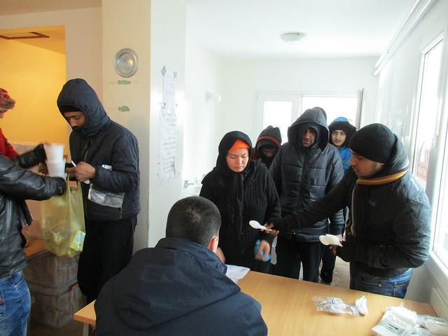 Cáritas está na linha da frente na ajuda humanitária a refugiados, distribuindo roupas quentes, comida e medicamentos / Foto: Cáritas Sérvia