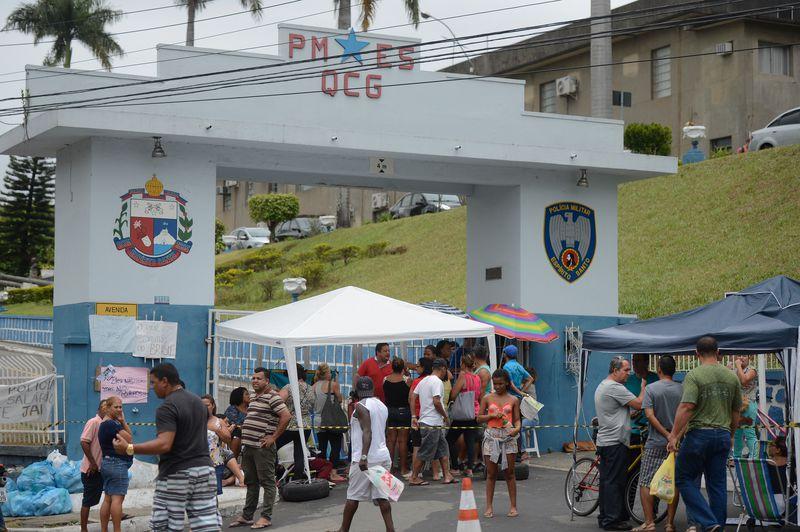 Vitória (ES) - Mulheres e familiares de policiais continuam acampadas na porta dos Batalhões da Polícia Militar de Vitória.  (Tânia Rêgo/Agência Brasil)