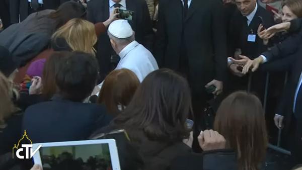 Ao final do encontro, Papa cumprimento universitários e até parou para selfie com alguns jovens / Foto: Reprodução CTV