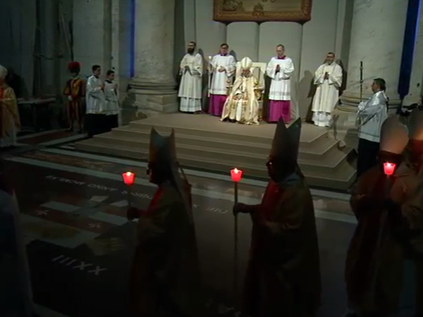 Antes da Missa, uma procissão luminosa dentro da Basílica Vaticana / Foto: Reprodução CTV