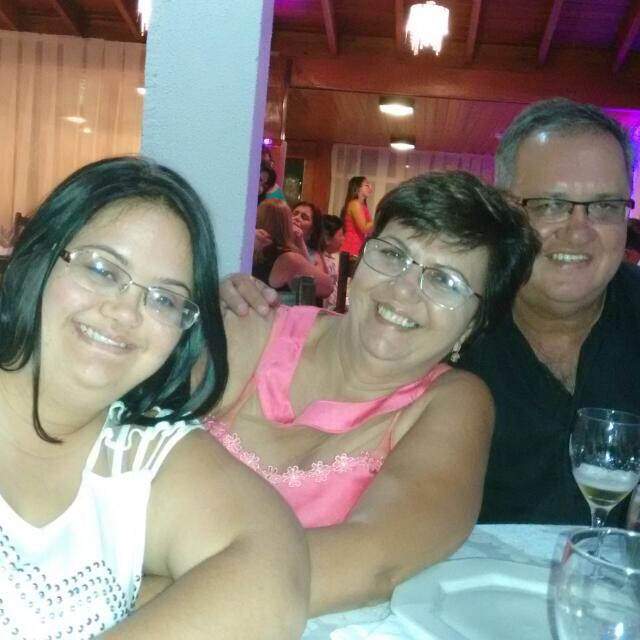 Bruna (à esquerda) com os pais / Foto: Arquivo Pessoal