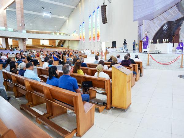 Fiéis se reúnem em Missa para iniciar as 24 horas para o Senhor / Foto: Weslei Almeida - Portal CN
