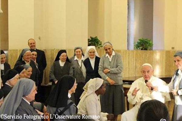 Papa fala às irmãs da caridade em visita surpresa durante exercícios espirituais / Foto: L'Osservatore Romano