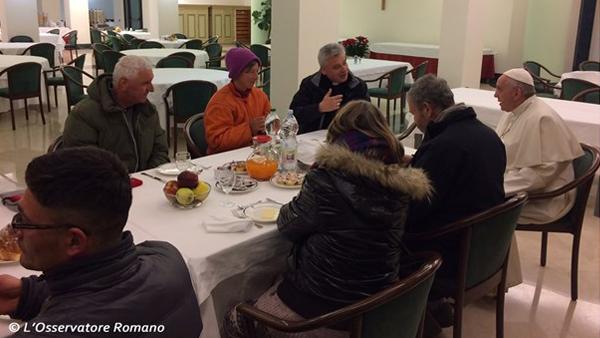Papa tomando café com alguns sem-teto, na Casa Santa Marta / Foto: Reprodução CTV