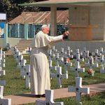 Em Bangladesh, Papa visita cemitério e igreja construída por missionários