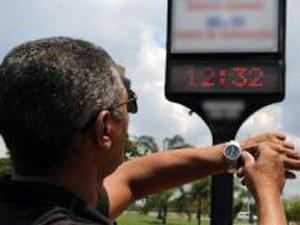 Durante o horário de verão os relógios são adiantados em uma hora