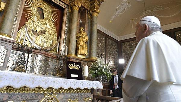 Papa reza diante do ícone de Nossa Senhora Mãe da Misericórdia, no Santuário na Lituânia