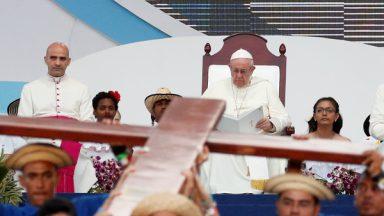 Papa aos jovens: Na cruz, Jesus se identificou com todo o sofrimento