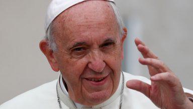 Papa faz doação para Pontifícias Obras Missionárias