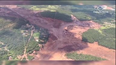 Barragem de mineradora se rompe e deixa centenas de vítimas em MG