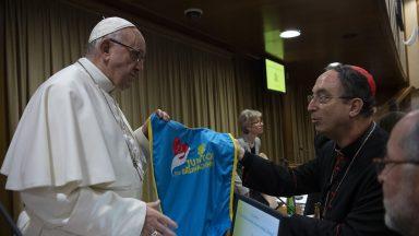 Papa recebe colete usado por voluntários em Brumadinho