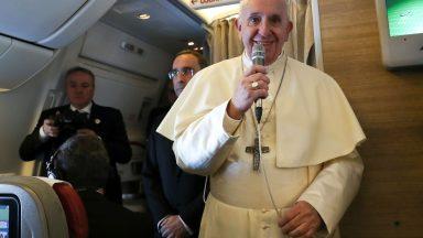 Em voo aos Emirados Árabes, Papa presenteia jornalistas com ícone