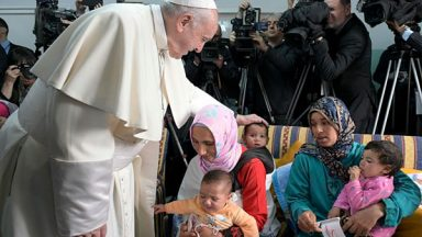 Papa visita crianças doentes atendidas em entidade católica