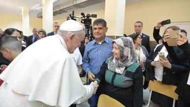 Papa visita centro de refugiados em viagem apostólica à Bulgária