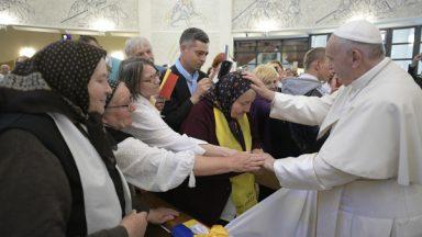 Papa reza na Catedral de Iaşi com os idosos e doentes