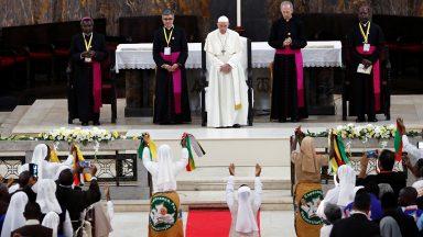 Papa se encontra com religiosos na Catedral da Imaculada