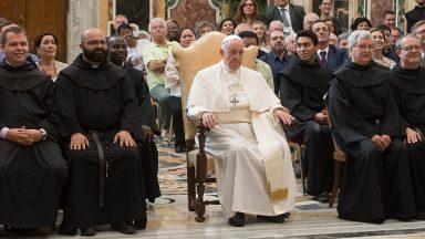 Papa aos Agostinianos Descalços: as raízes são a garantia do futuro