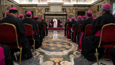 Papa aos bispos: proximidade a Deus e ao povo, não aos bajuladores