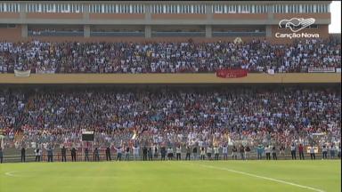30 mil fiéis lotam estádio em SP para comemorar 50 anos da RCC