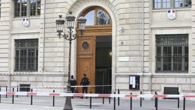 Homem armado com faca deixa 4 mortos em quartel de Paris