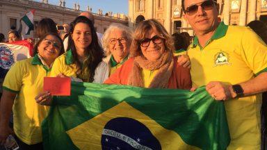 Brasileiros lotam Praça São Pedro para canonização de irmã Dulce
