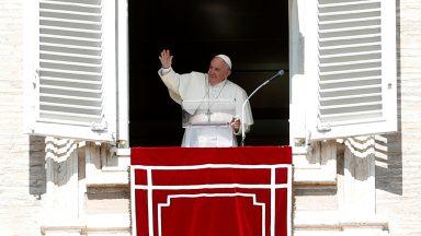 Quem vive para si mesmo, semeia morte em seu coração, diz Papa