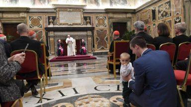 """Papa pede """"católicos adultos"""" na sociedade, cultura e política"""
