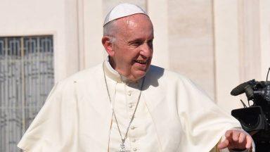 Papa pede que jovens colaborarem com a transformação do mundo