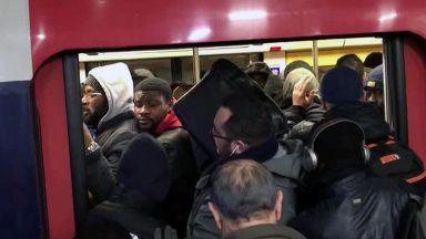 Na França, greve chega ao sexto dia e leva 800 mil pessoas às ruas