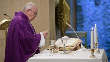 Não deixemos Deus de lado, pede Papa em homilia