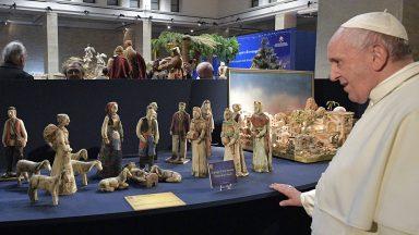 Papa Francisco faz visita surpresa a exposição de 130 presépios