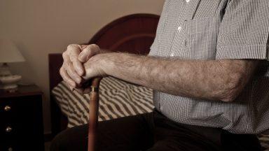 Em casa devido à pandemia, idoso diz: