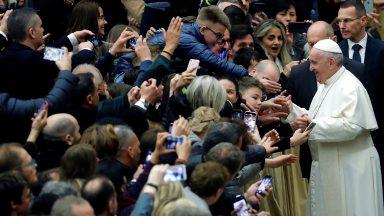 Embora perseguida, a Igreja nunca se cansa de acolher, afirma Papa