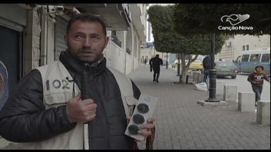 Deficiente visual sobrevive como vendedor ambulante na Terra Santa