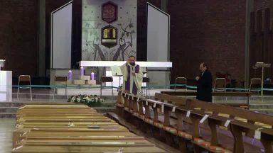 Pároco italiano acolhe corpos em igreja e pede atenção aos que se foram