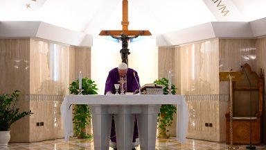 Papa reza pelas famílias diante das dificuldades com coronavírus