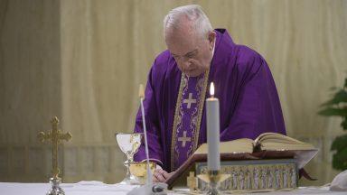 Papa reza por famílias que começam a sentir consequências da pandemia