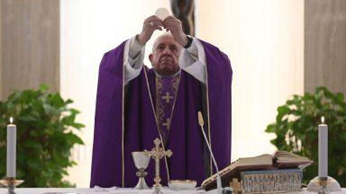 Papa reza pelas vítimas do coronavírus e seus familiares