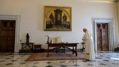 Papa e cristãos rezam o Pai-Nosso pelo fim da pandemia de coronavírus