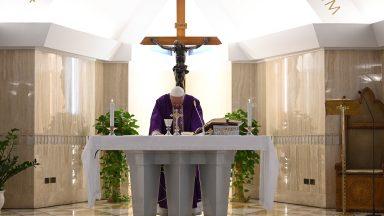 Papa reza pelos que morreram por causa do coronavírus