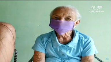 No Maranhão, mulher de 87 anos produz máscaras e doa à população